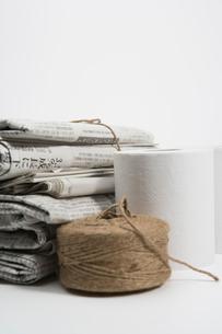 古新聞とトイレットペーパーと麻紐の写真素材 [FYI02948406]