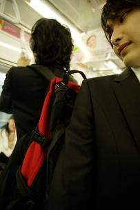 電車内で大きなバッグを背負った男性の写真素材 [FYI02948444]