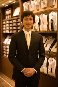 紳士服売り場の男性店員の写真素材 [FYI02948463]