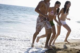 海で遊ぶ若者たちの写真素材 [FYI02948488]