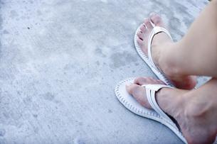 ビーチサンダルを履いた女性の足の写真素材 [FYI02948543]