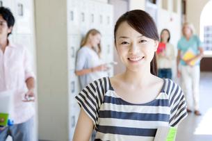 笑顔の女子学生の写真素材 [FYI02948555]