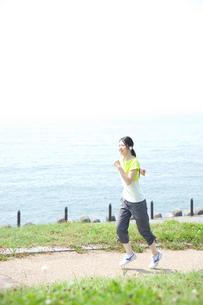 ジョギングをする女性の写真素材 [FYI02948585]