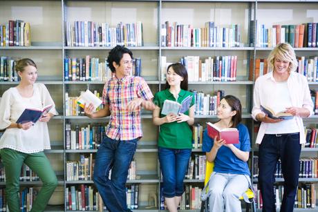 図書室で話す学生たちの写真素材 [FYI02948626]