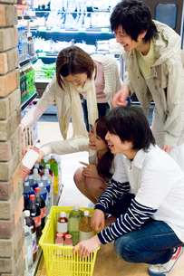 スーパーで買い物をする若者たちの写真素材 [FYI02948658]