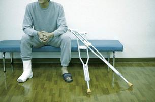 松葉杖と患者の写真素材 [FYI02948668]