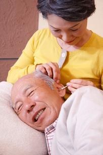 耳掃除をするシニアカップルの写真素材 [FYI02948692]