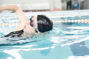 プールで泳ぐ女性の写真素材 [FYI02948699]
