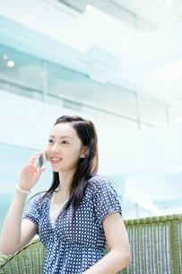 携帯電話をかける女性の写真素材 [FYI02948703]