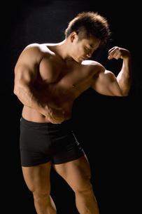 筋肉質の日本人男性の写真素材 [FYI02948721]