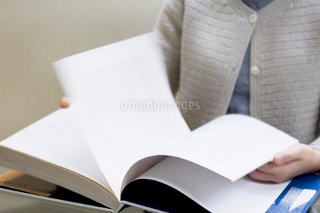 本のページをめくる人の写真素材 [FYI02948757]