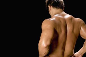 たくましい男性の背中の写真素材 [FYI02948788]