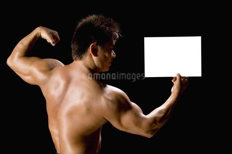 カードを持つたくましい男性の写真素材 [FYI02948829]