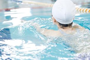 プールで泳ぐ女性の写真素材 [FYI02948833]