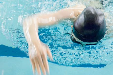 プールで泳ぐ女性の写真素材 [FYI02948900]