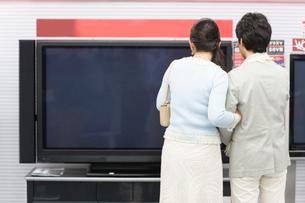 テレビを選ぶ夫婦の写真素材 [FYI02948929]
