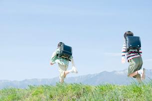 土手を走る男子小学生の写真素材 [FYI02948996]
