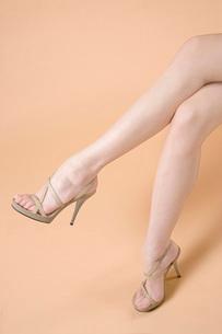 組んだ足の写真素材 [FYI02949034]