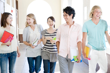 笑顔の学生たちの写真素材 [FYI02949041]