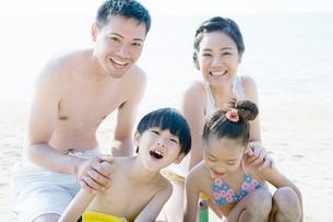 海辺で微笑むファミリーの写真素材 [FYI02949097]
