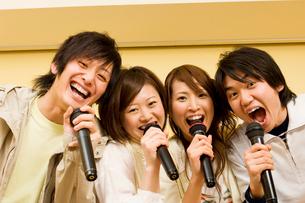 カラオケで歌う若者たちの写真素材 [FYI02949104]