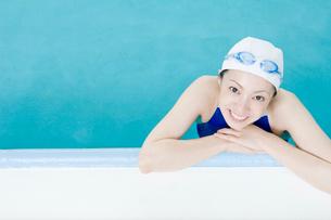 プールに入っている女性の写真素材 [FYI02949121]