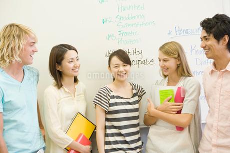 笑顔で話す学生たちの写真素材 [FYI02949148]