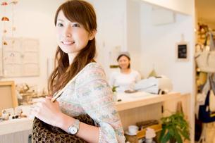 笑顔の女性と雑貨屋の店員の写真素材 [FYI02949161]