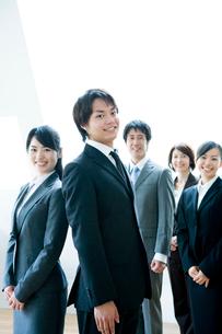 笑顔のビジネスマンとビジネスウーマンの写真素材 [FYI02949172]