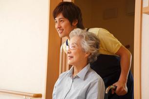 車椅子に乗るシニア女性と介護士の写真素材 [FYI02949189]