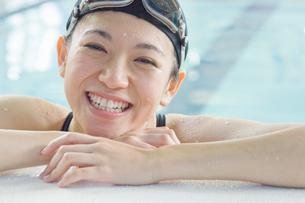 プールに入っている女性の写真素材 [FYI02949239]