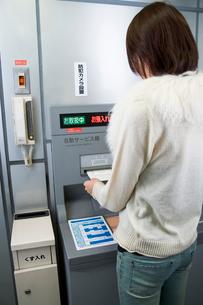 ATMを使う女性の写真素材 [FYI02949294]
