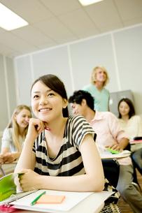 教室で笑顔の女子学生の写真素材 [FYI02949303]
