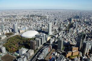 東京ドームシティ周辺の空撮の写真素材 [FYI02949326]
