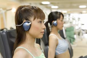 ジムでマシンを使う日本人女性の写真素材 [FYI02949369]