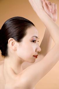 腕を上げる女性の写真素材 [FYI02949373]