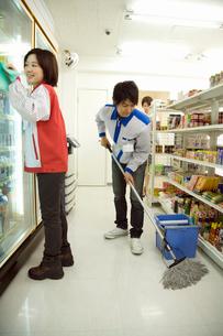 掃除をするコンビニの店員の写真素材 [FYI02949394]