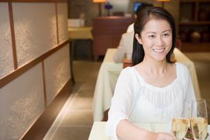 レストランで乾杯をするミドル女性の写真素材 [FYI02949409]