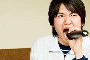 カラオケで歌う男性の写真素材 [FYI02949419]