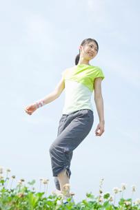 ウォーキングをする女性の写真素材 [FYI02949430]