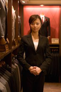 紳士服売り場の女性店員の写真素材 [FYI02949457]