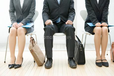 面接の順番を待つ男女の足元の写真素材 [FYI02949461]