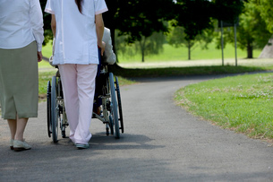 車椅子を押す介護士の写真素材 [FYI02949511]