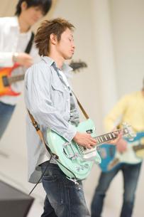 ギターを弾く男性の写真素材 [FYI02949584]