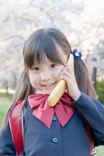 携帯電話で話す新入学生の写真素材 [FYI02949603]
