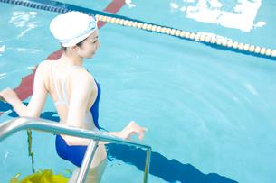 プールに入る女性の写真素材 [FYI02949676]