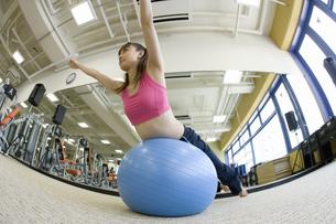 バランスボールに乗る女性の写真素材 [FYI02949684]