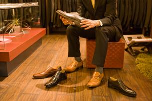 革靴を選ぶ男性の写真素材 [FYI02949791]