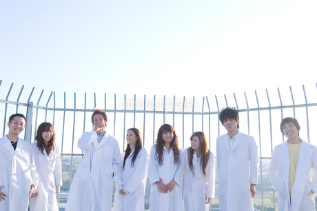 白衣を着た学生グループの写真素材 [FYI02949813]