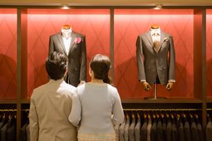 紳士服店で選ぶ夫婦の写真素材 [FYI02949821]
